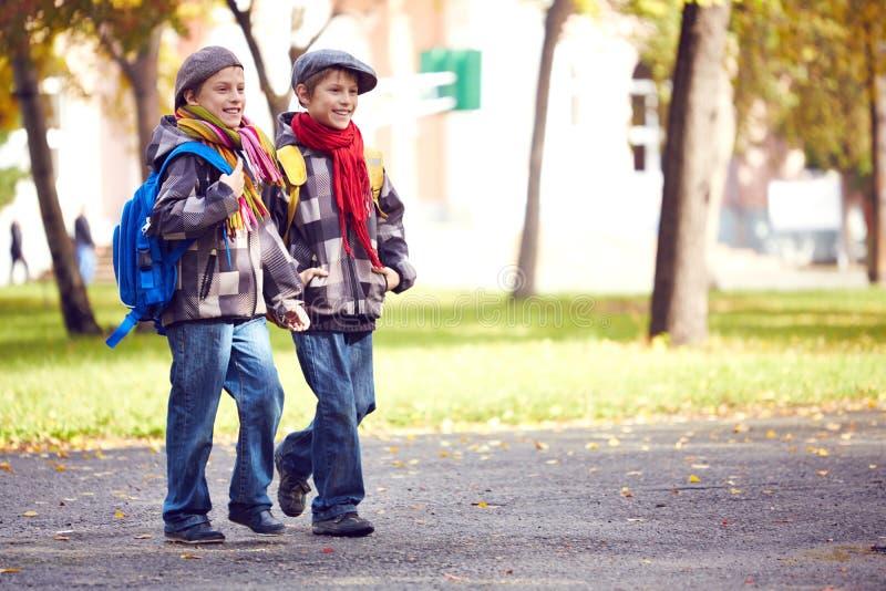 Leerlingen die naar school gaan stock foto's
