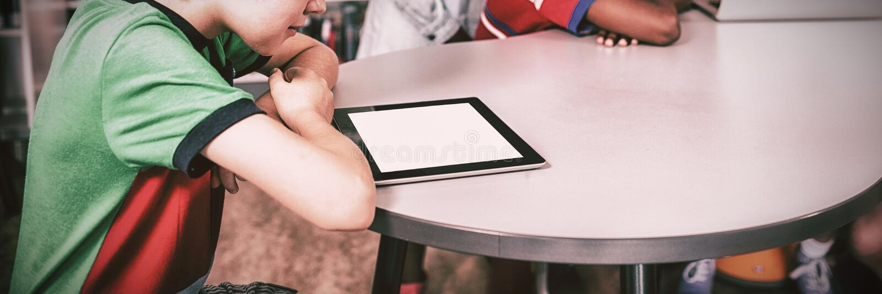 Leerlingen die technologie gebruiken stock afbeelding