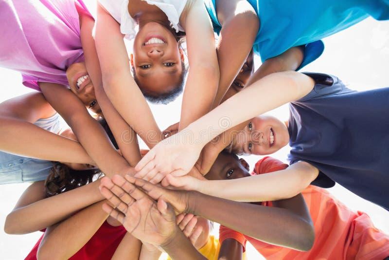 Leerlingen die zich in een cirkel bevinden stock afbeeldingen