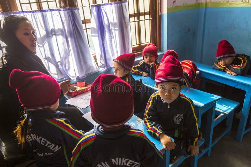 Leerlingen in Engelse klasse bij lage school Slechts 50% van kinderen in Nepal kan rang bereiken 5 royalty-vrije stock afbeelding