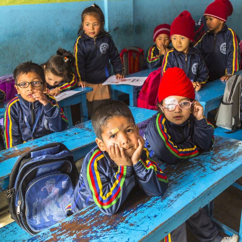 Leerlingen in Engelse klasse bij lage school Slechts 50% van kinderen in Nepal kan rang bereiken 5 royalty-vrije stock foto