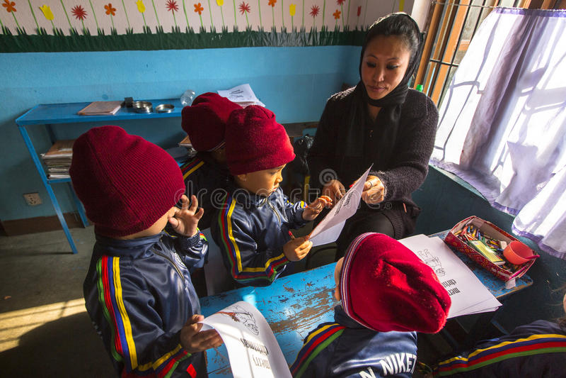 Leerlingen in Engelse klasse bij lage school Slechts 50% van kinderen in Nepal kan rang bereiken 5 royalty-vrije stock afbeeldingen