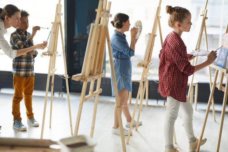 Leerlingen het schilderen stock fotografie