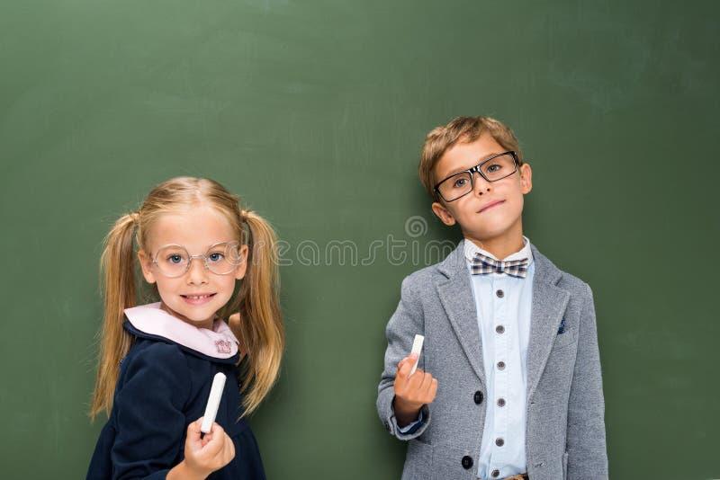Leerlingen naast bord royalty-vrije stock afbeeldingen