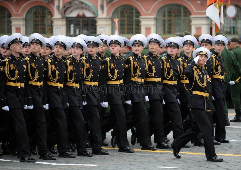 Leerlingen van de zeeschool van Nakhimov van St. Petersburg tijdens de parade op rood vierkant ter ere van Victory Day royalty-vrije stock afbeelding