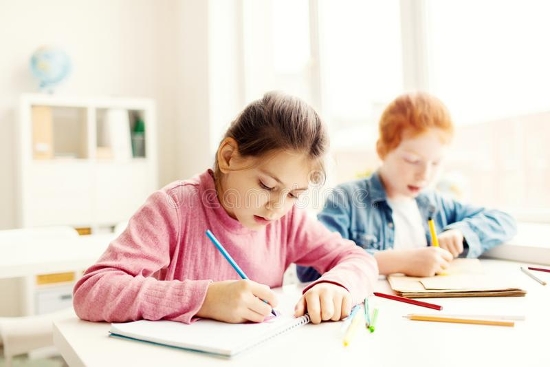 Leerlingen van lage school stock afbeeldingen