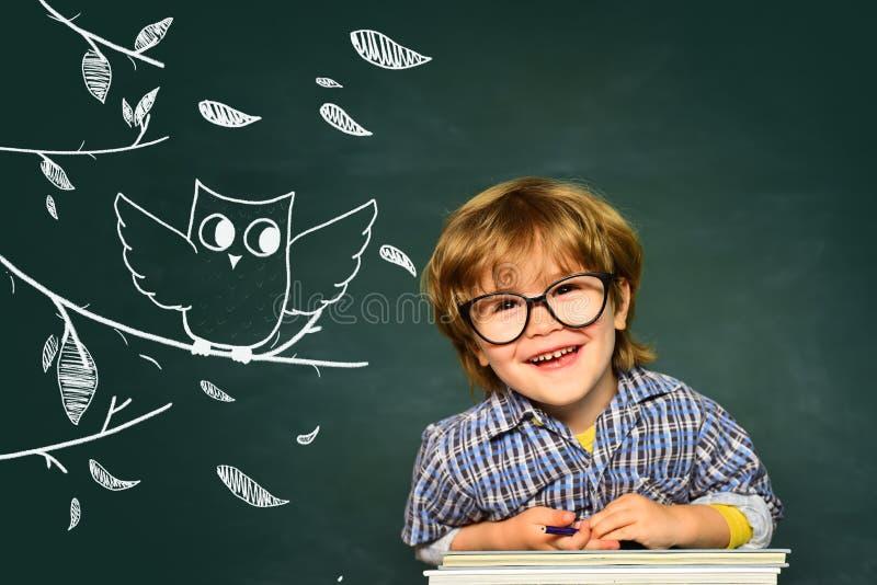 Leerlingsjongen gelukkig met een uitstekend teken School en onderwijsconcept Leuke jongen met gelukkige gezichtsuitdrukking dicht stock fotografie