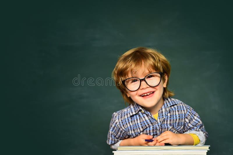 Leerlingsjongen gelukkig met een uitstekend teken School en onderwijsconcept Leuke jongen met gelukkige gezichtsuitdrukking dicht stock foto's