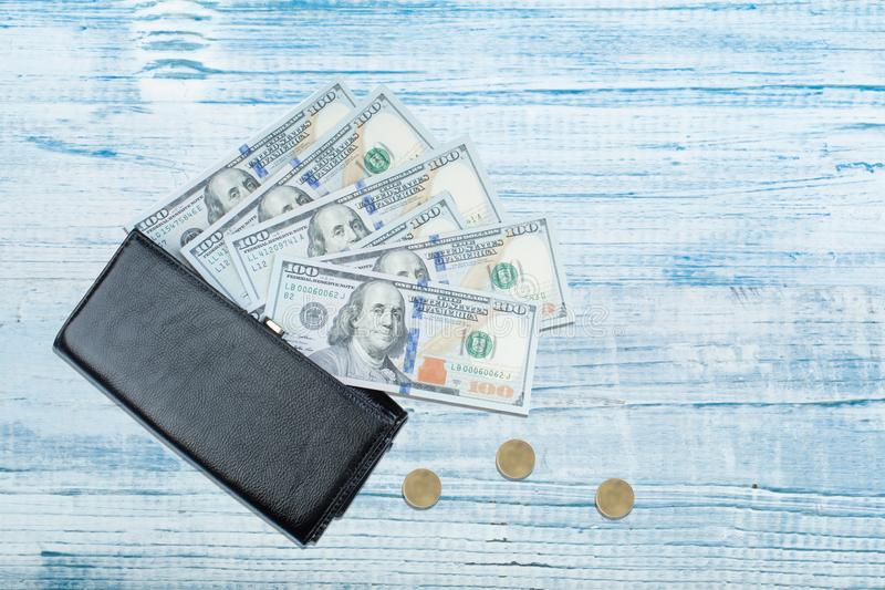 Leerportefeuille met dollarrekening op houten lijst royalty-vrije stock fotografie