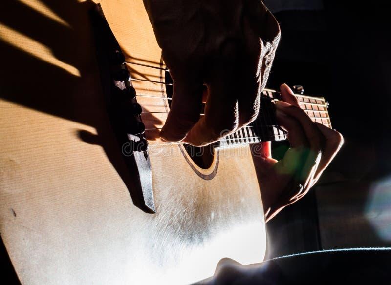 Leerprogramma aan het spelen akoestische gitaar stock afbeelding
