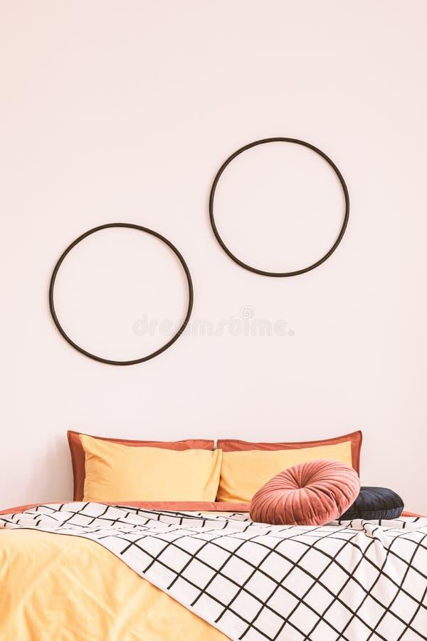 Leerraum auf leere weiße Wand des Schlafzimmers mit Kingsize-Bett kopieren lizenzfreies stockbild