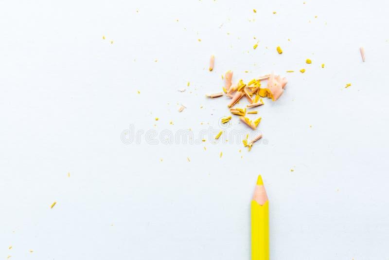 Leerseite des Modells mit gelbem Bleistift Draufsicht mit Kopienraum f?r Input der Text Flache Lage, wei?er Hintergrund lizenzfreie stockfotografie