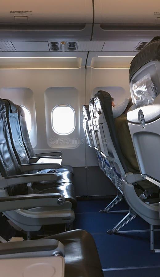 Leerzetels en Venster in Vliegtuig royalty-vrije stock afbeelding
