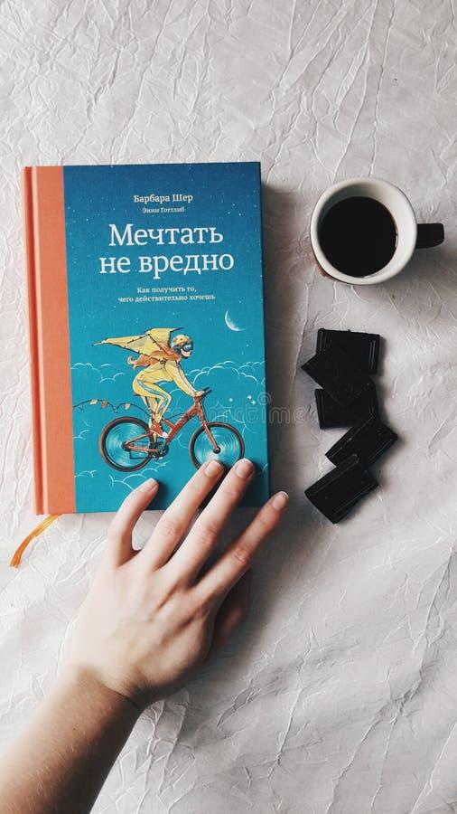 Lees boek, hebben koffie, eet chocolade De kunst helpt altijd stock fotografie