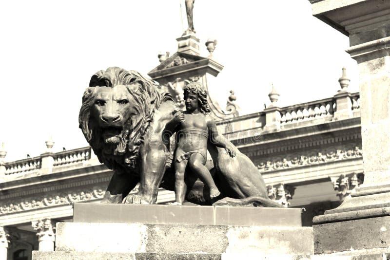 Leeuw en kindstandbeeld stock foto
