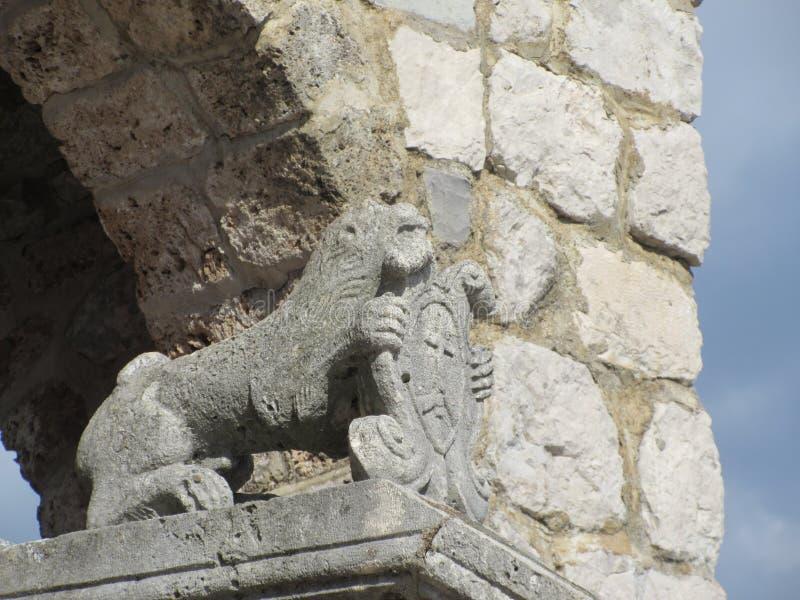 Leeuw en schildstandbeeld stock foto