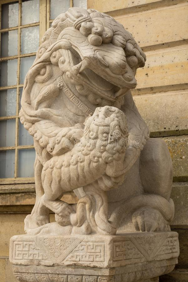 Leeuw marmeren gezicht, Chinese Leeuw, steen snijdend beeldhouwwerk, het symbool van Macht royalty-vrije stock afbeelding