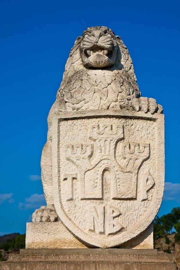 Leeuw met het Standbeeld van het Schild stock foto's