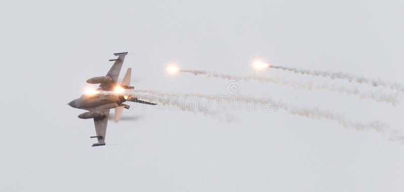LEEUWARDEN, НИДЕРЛАНДЫ - 11-ОЕ ИЮНЯ 2016: Голландский истребитель F-16 j стоковые изображения