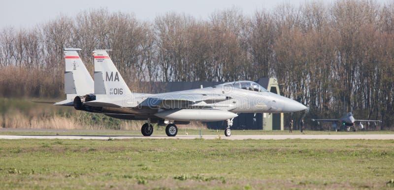 LEEUWARDEN NEDERLÄNDERNA - APRIL 11, 2016: USA-flygvapen F-15 Eagl royaltyfri fotografi