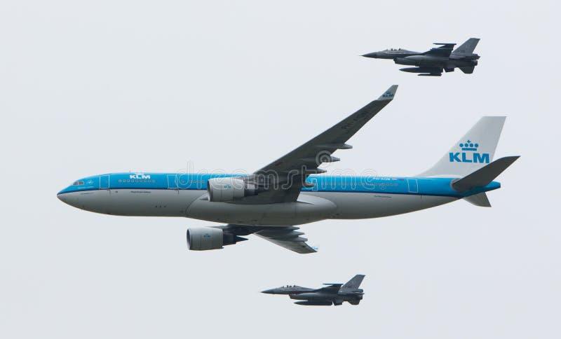 LEEUWARDEN NEDERLÄNDERNA - JUNI 11 2016: HolländareKLM Boeing escorte royaltyfria bilder