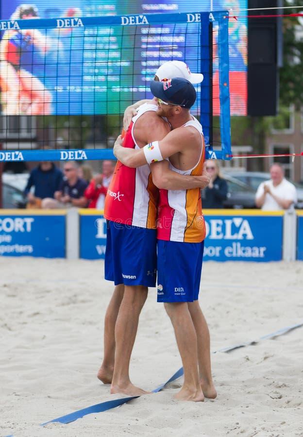 Leeuwarden, Nederland - Juni 10: Nederlands beachvolleyteam du royalty-vrije stock foto's