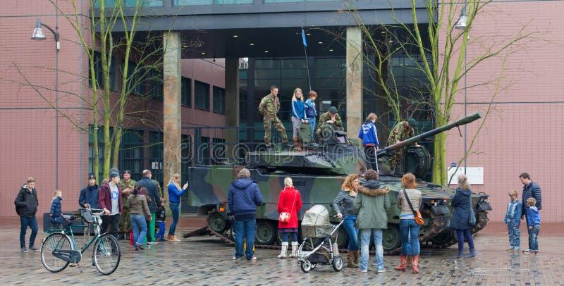 Leeuwarden, os Países Baixos - 6 de abril: Os civis enlatam pela primeira vez o SE fotografia de stock