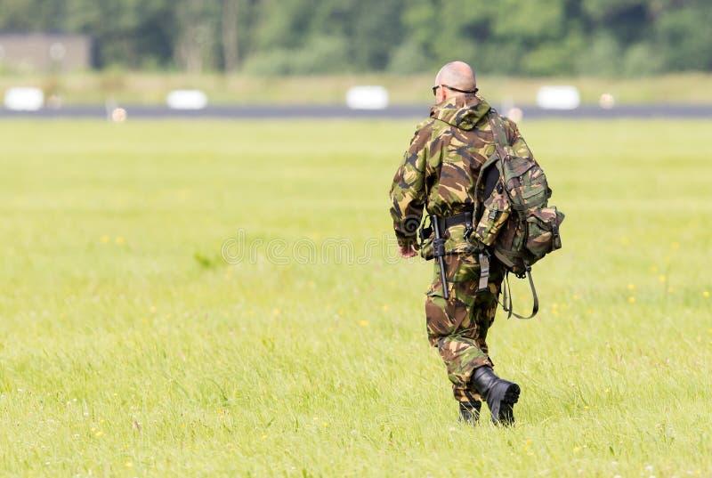 LEEUWARDEN, OS PAÍSES BAIXOS - 9 DE JUNHO; As forças armadas guardam o passeio em imagem de stock
