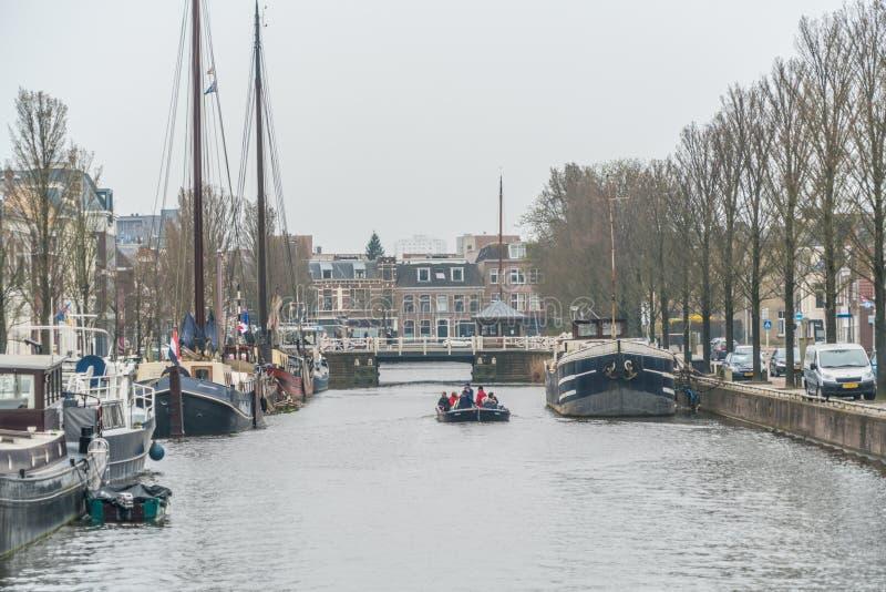 Leeuwarden, os Países Baixos, o 14 de abril de 2018, povos que navegam no th imagens de stock