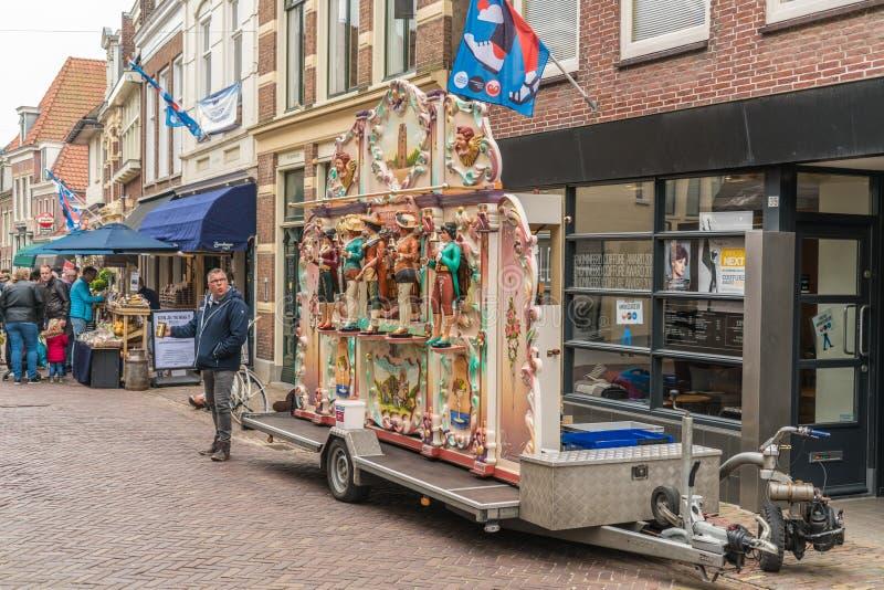 Leeuwarden, Paesi Bassi, il 14 aprile 2018, la gente che passa i tum TR fotografia stock libera da diritti