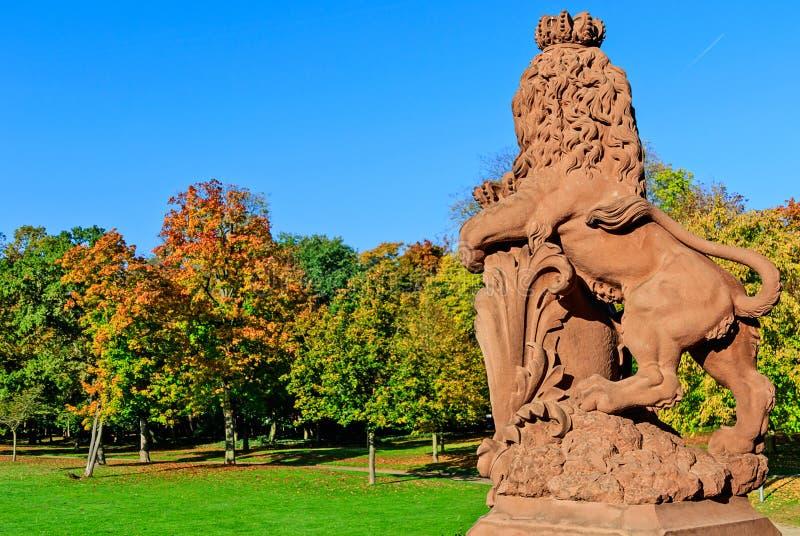 Leeuwbeeldhouwwerk in herfstpark van Phillipsruhe-Kasteel in Hanau, Duitsland stock afbeelding