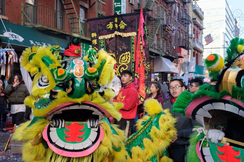 Leeuwdans performace in straten stock fotografie