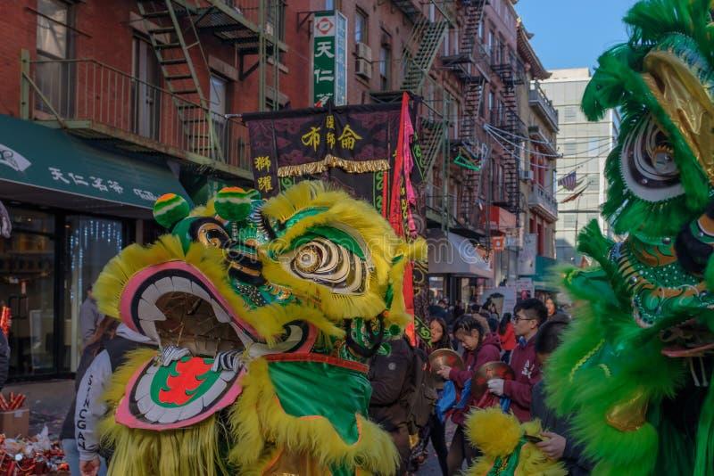 Leeuwdans performace in straten stock foto's