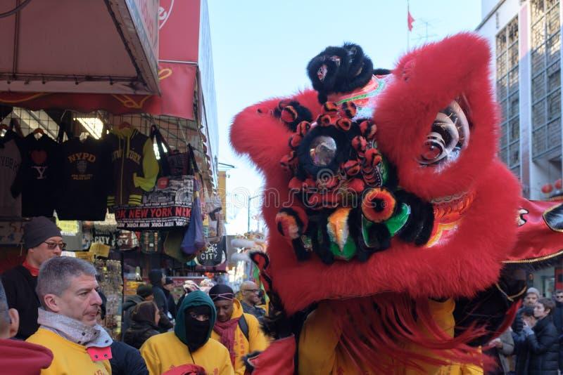 Leeuwdans performace in straten royalty-vrije stock foto
