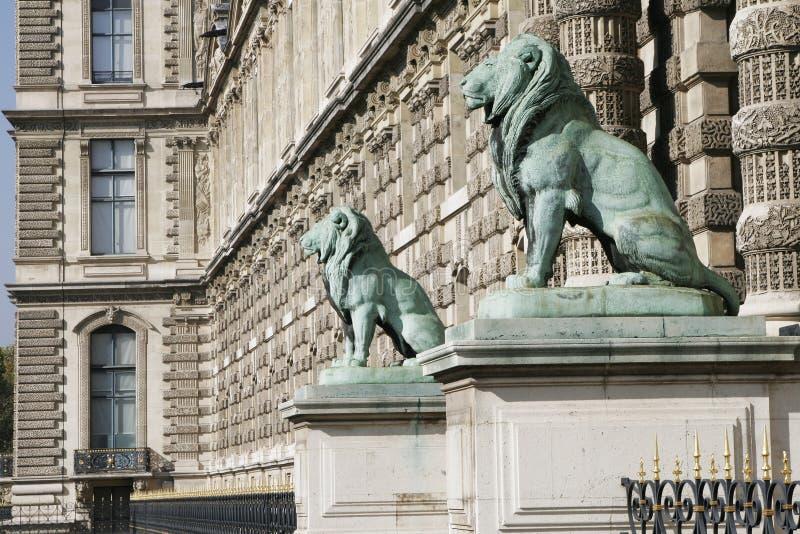 Leeuwen - de Oude Franse Voorzijde van de Bouw, Parijs, Frankrijk stock afbeelding
