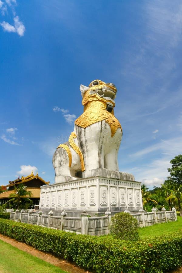 Leeuwenstandbeeld bij Surasri-Kamp, Kanchanaburi, Thailand stock foto