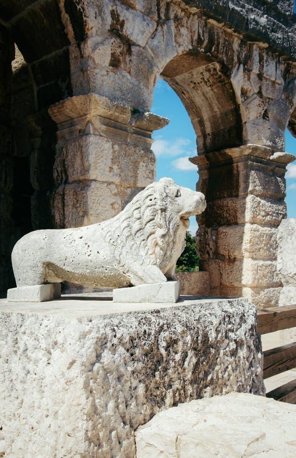Leeuwstandbeeld Amphiteater in Pula Kroatië royalty-vrije stock foto