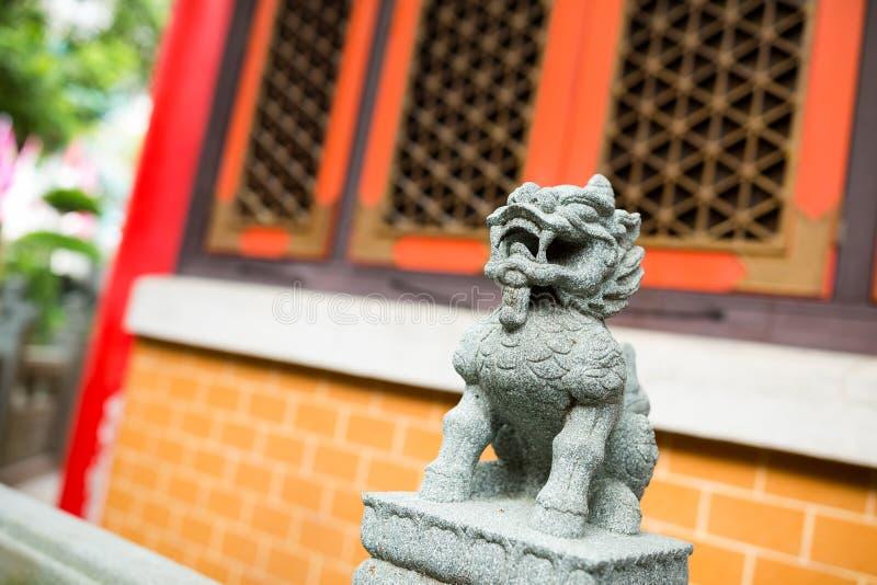 Leeuwstandbeeld in de Chinese tempel stock afbeelding