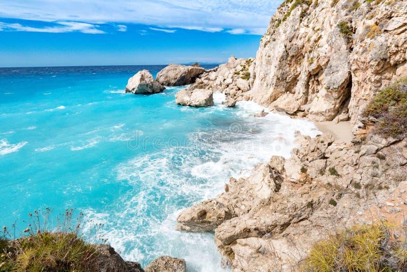 Lefkada öklippor med det grova havet och klara bluewvågor arkivfoton