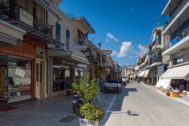 LEFKADA miasteczko, GRECJA LIPIEC 17, 2014: Środkowa ulica w Lefkada miasteczku, Grecja obrazy stock