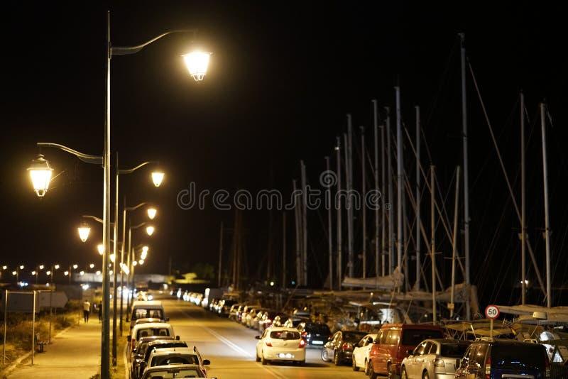 Lefkas, Ελλάδα, στις 13 Ιουλίου 2018 άποψη νύχτας του δρόμου εισόδων στην πόλη της Λευκάδας στοκ φωτογραφία με δικαίωμα ελεύθερης χρήσης