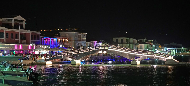 Lefkas, Ελλάδα, στις 13 Ιουλίου 2018, που εξισώνει την άποψη της πόλης Lefkas με τη γέφυρά του στοκ φωτογραφία με δικαίωμα ελεύθερης χρήσης