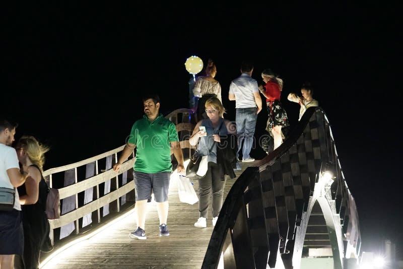 Lefkas, Ελλάδα, στις 13 Σεπτεμβρίου 2018, άποψη νύχτας της γέφυρας στην πόλη της Λευκάδας στοκ εικόνες
