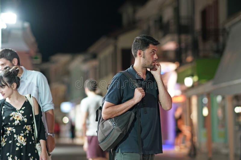 Lefkas, Ελλάδα, το Σεπτέμβριο του 2018, άποψη νύχτας των τουριστών που πηγαίνουν γύρω από την πόλη της Λευκάδας στοκ εικόνες