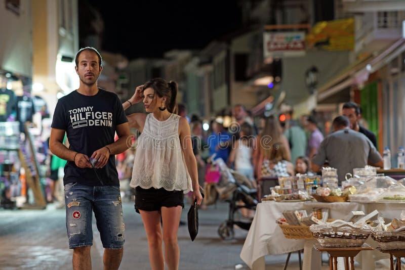 Lefkas, Ελλάδα, το Σεπτέμβριο του 2018, άποψη νύχτας των τουριστών που πηγαίνουν γύρω από την πόλη της Λευκάδας στοκ φωτογραφία