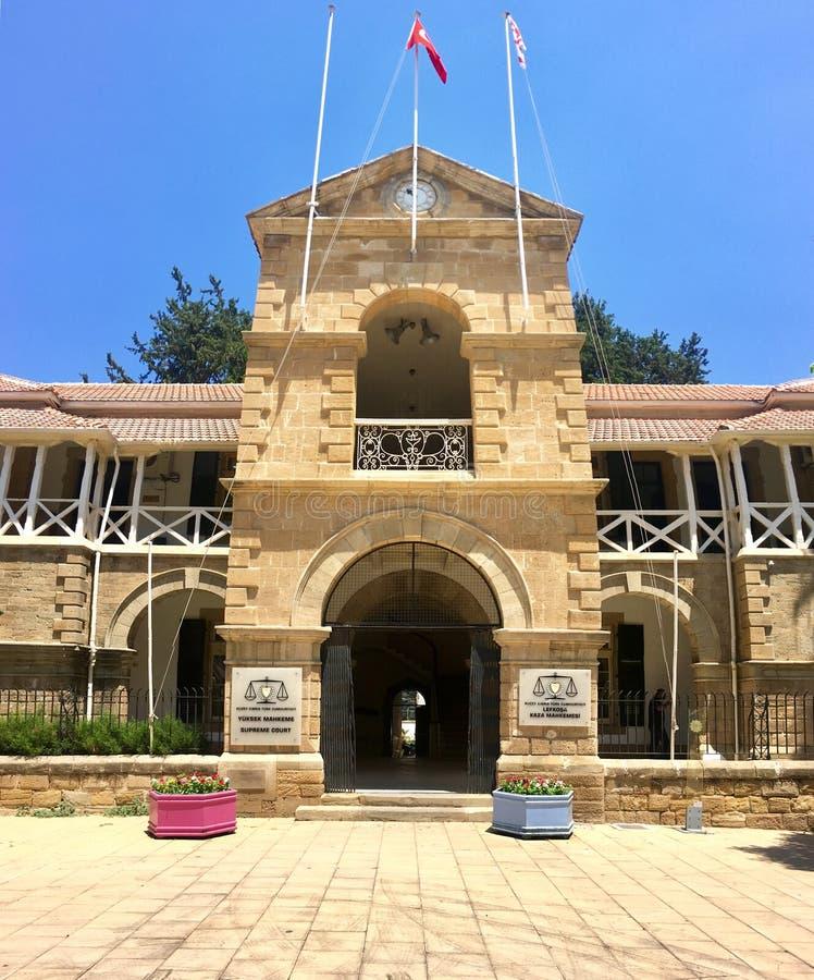 LEFKOSA NIKOSIA, CIPRO - 20 GIUGNO 2019: Tribunale la costruzione è un monumento storico a Nicosia Lefkosa immagini stock