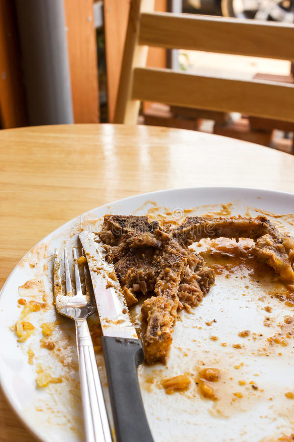 Leftover do bife do lombo na placa branca imagem de stock