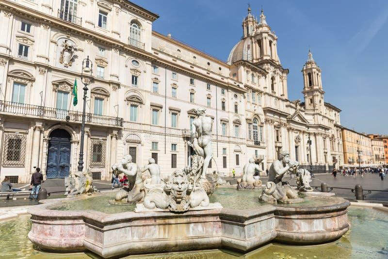 Leg Fontein in Navona-Vierkant vast Mooie oude vensters in Rome (Itali?) royalty-vrije stock foto's