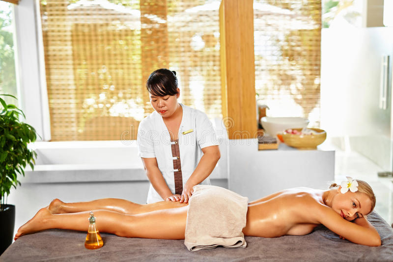 Leg Massage Spa Therapie De voet van de vrouw in het water Masseur die Vrouwelijk Been masseren stock fotografie