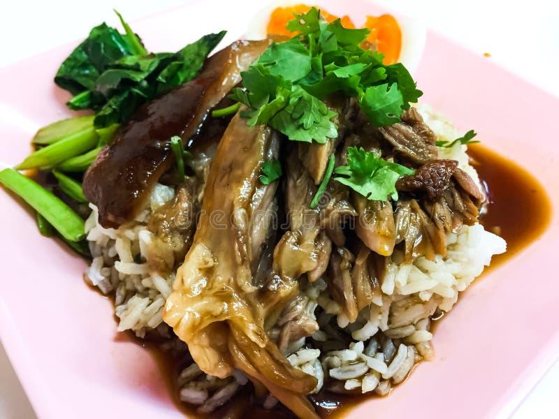 leg pork rice stewed 这是泰国食物,吃用米、煮沸的无头甘蓝、新鲜的大蒜、新鲜的辣椒、熟蛋和辣调味汁 免版税图库摄影